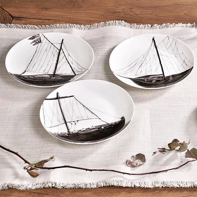 将素描的帆船直接呈现到餐盘中,黑白手绘风格,永恒的经典.